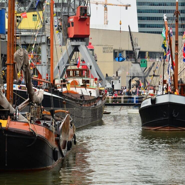 Boten in de haven van Rotterdam die onderdeel zijn van het Maritiem Museum